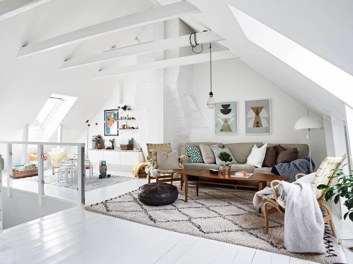 intérieur lumineux d'un appartement mansardé de style bohème chic, espace ouvert aménagé en sous-pente