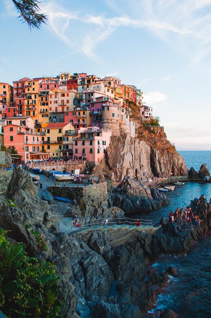 Italie paysage Cinque Terre colorées maisons au bord de la mer, europeen paysage ville, chouette fond d'écran iPhone
