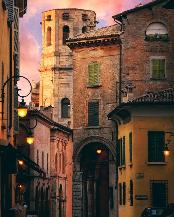 Europe villes médiévales paysage, les plus beaux paysages urbains, paysage ville ancienne avec une grande histoire, petits rues étroites au coucher de soleil