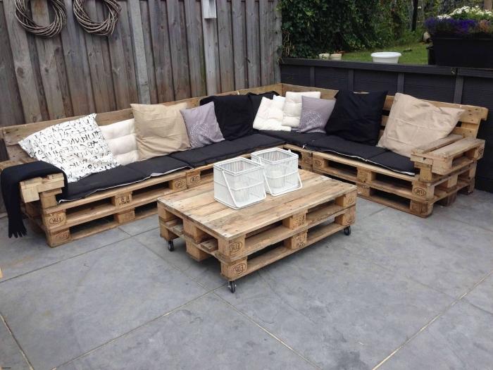 idée que faire avec des palettes, modèle de canapé d'angle fabriqué en palette bois et décoré avec coussins