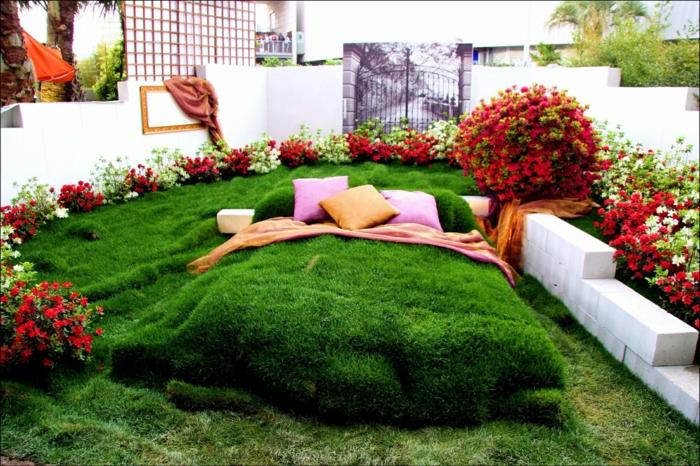 lit vert en pelouse artificielle, fleurs rouges et blanches, aménager un jardin paysager