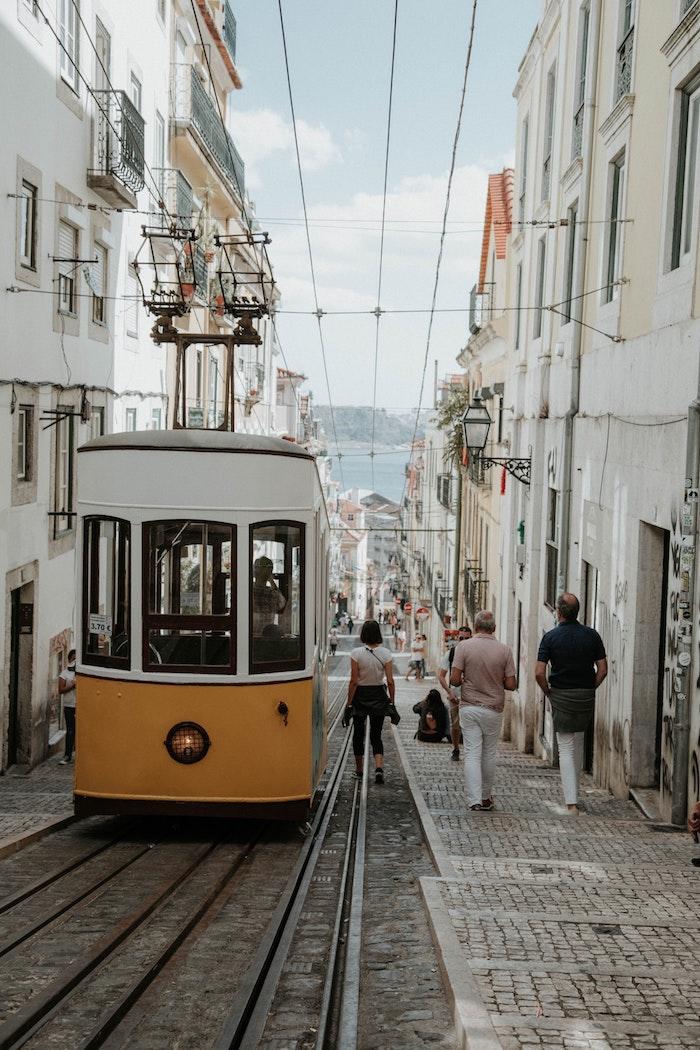 Portugal paysage de beauté avec les trams jaunes et la rivière tejo, paysage ville, choisir le plus beau