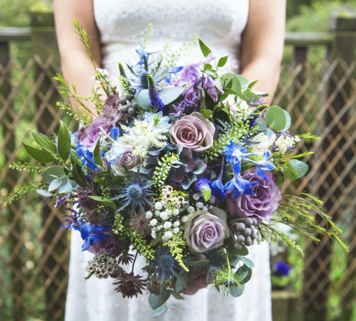 bouquet de fleurs champêtre, fleurs bleus, roses lilas, feuillage, bouquet marié mariage rétro