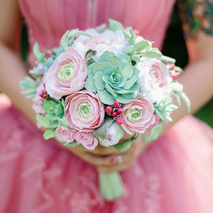 bouquet de succulentes, robe de mariée magnifique rose, baies rouges, composition florale moderne