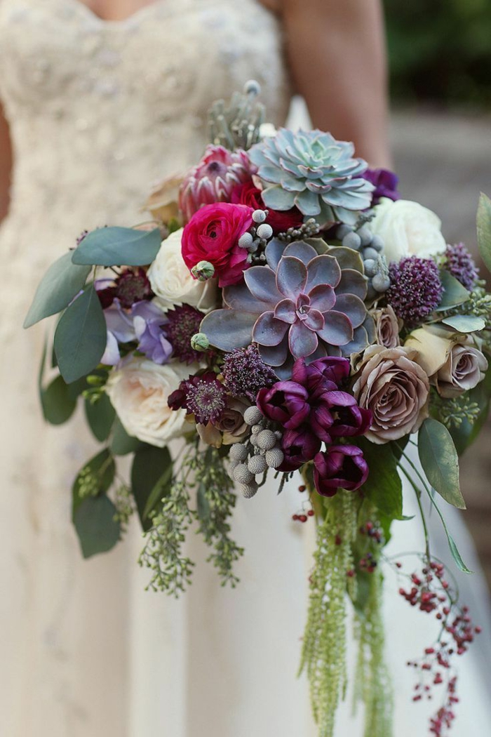 grand bouquet de mariée avec succulentes et roses blanches et roses, robe bustier, grandes feuilles vertes