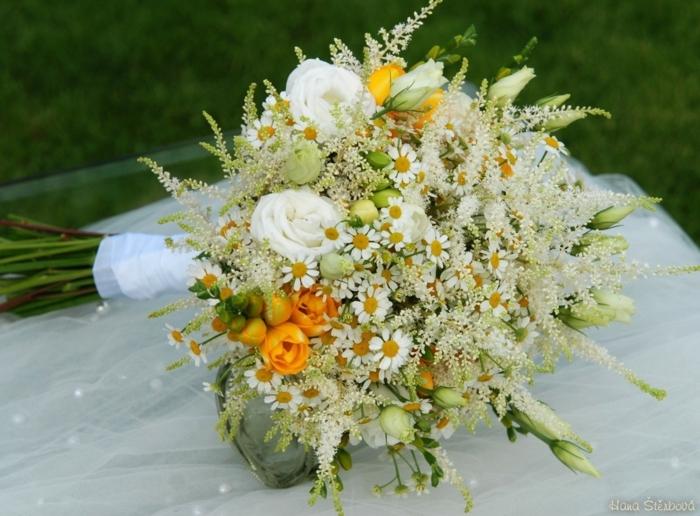 bouquet mariée en jaune et blanc, freesias jaunes, et paquerettes blanches, bouquet esprit nature