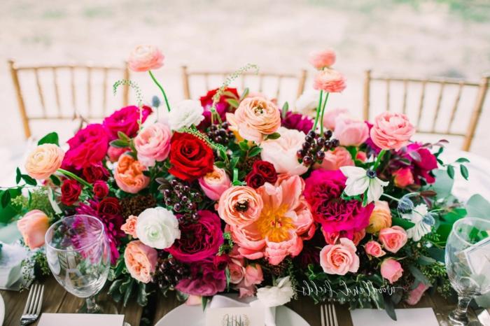 chemin de table, chaises en bois, table en bois, verres à vin, décoration de table romantique