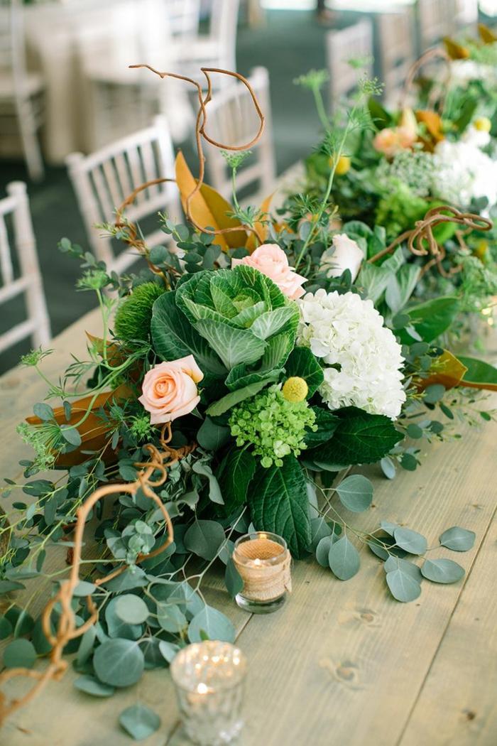 table en bois rectangulaire, chemin de table floral, chaises vintage blanches, verdure fraîche