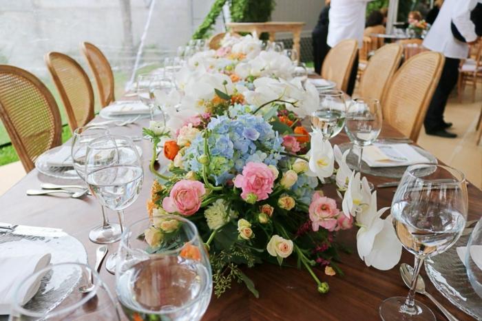 table de mariage, jolie composition de fleurs, verres à vin, rose, hydrangeas et soucis