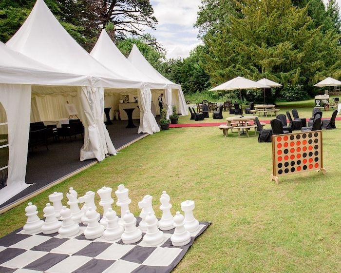 Echec géant qui peut être joué sur la pelouse en extérieur, réception mariage champetre avec jeux d'extérieur