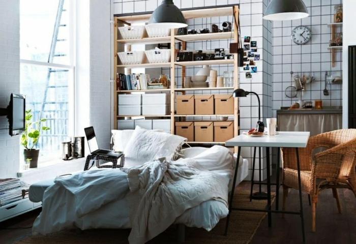 revêtement mural carreaux blancs, étagère bois clair, lampes industrielles, coin cuisine pour petit studio
