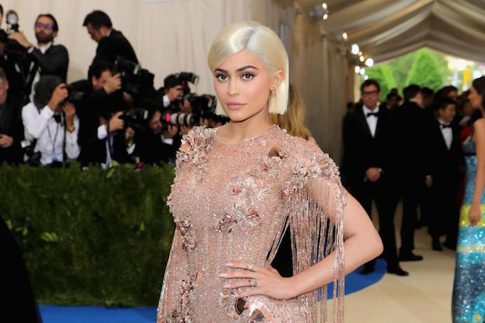 Photo Kylie Jenner en blonde qui devient à 21 ans la plus jeune milliardaire de l histoire dans le classement Forbes grâce à Kylie Cosmetics et le Kit Lip