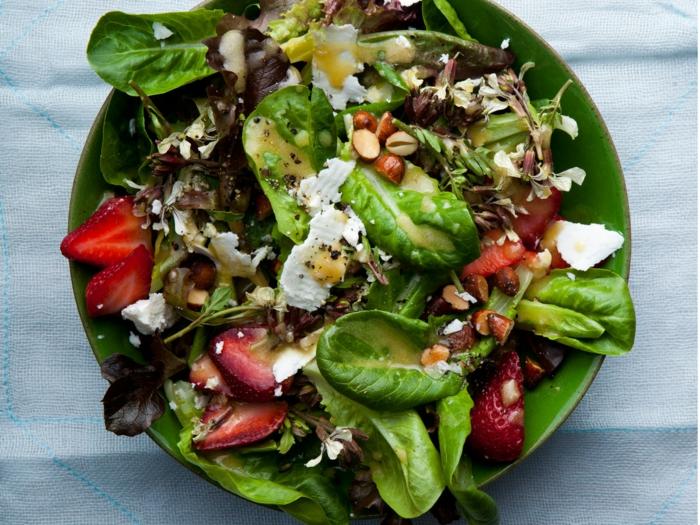 salade légère aux fraises et épinards, fromage de chèvre, assiette verte, salade fraiche joliment servie