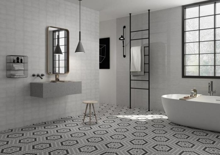 décoration salle de bain moderne en blanc et gris avec finitions en noir, modèle éclairage industriel avec lampe suspendue gris mate