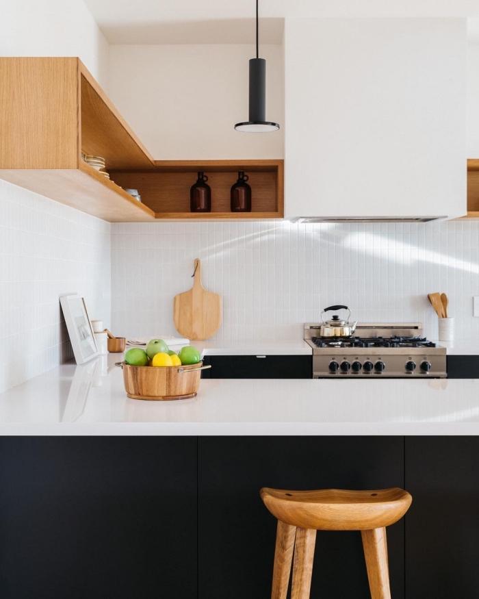 meuble rangement mural avec étagères en bois, décoration petite cuisine avec comptoir blanc et armoires noir mate
