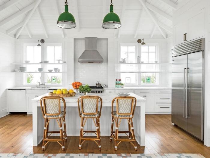 idée crédence de cuisine style campagne avec carrelage effet briques blanches, modele de cuisine blanche et bois