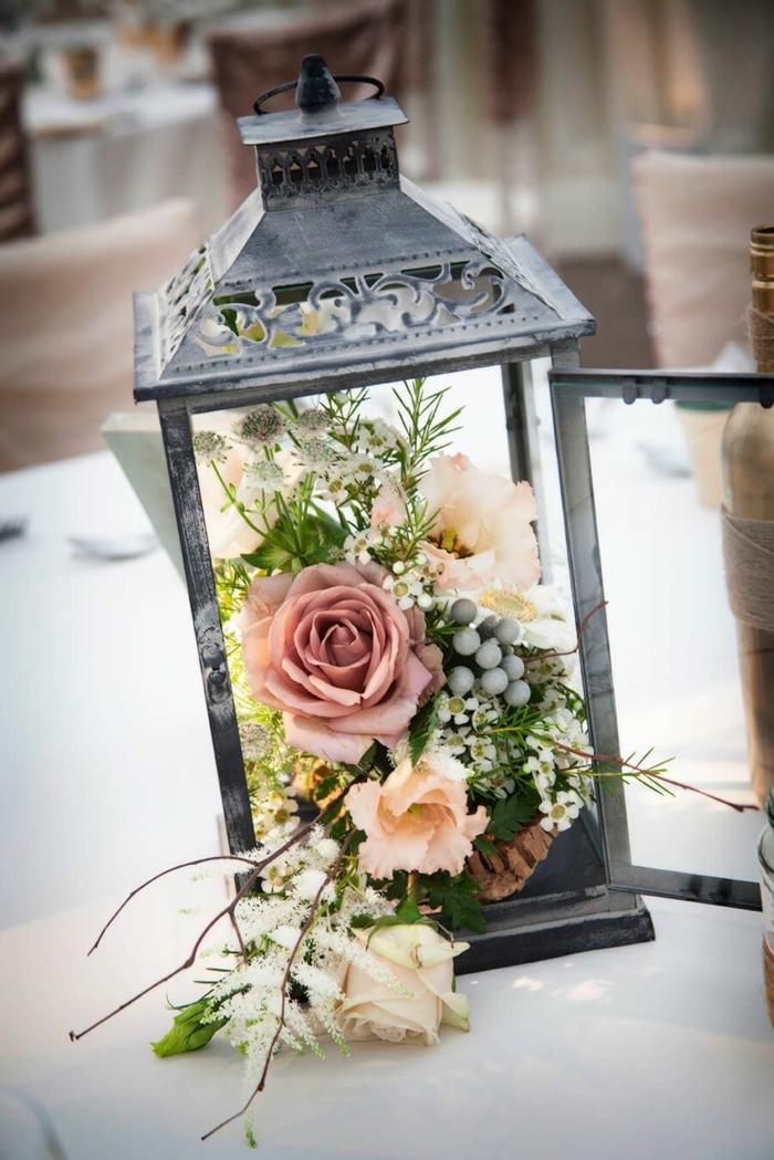 quelle déco de fleurs choisir pour son mariage, lanterne noire et petite composition florale