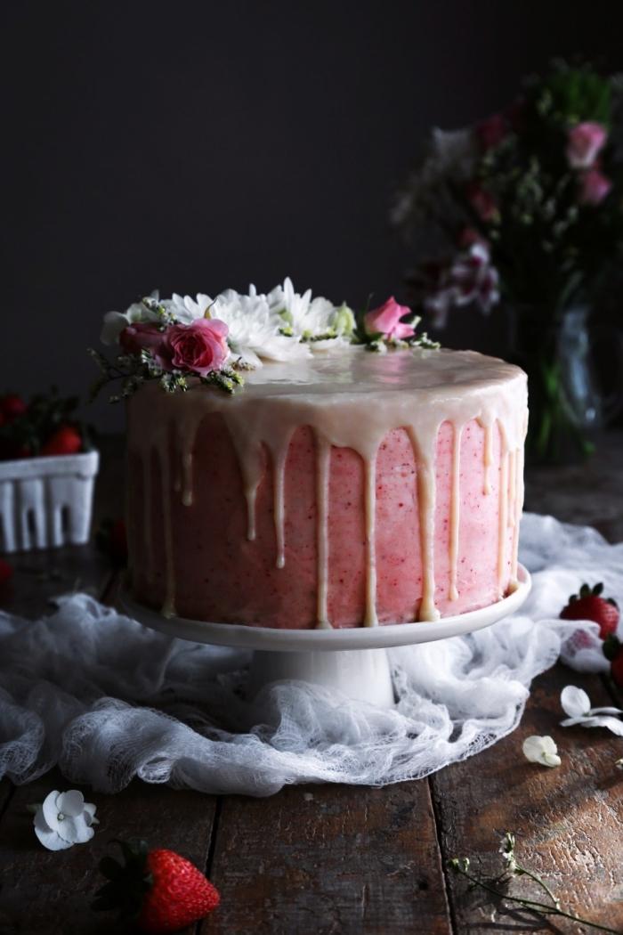 layer cake aux fraises et au glaçage de crème beurre et fraises, recettes sans gluten pour préparer un joli gâteau d'anniversaire, gâteau aux fraises et au glaçage coulant de chocolat blanc