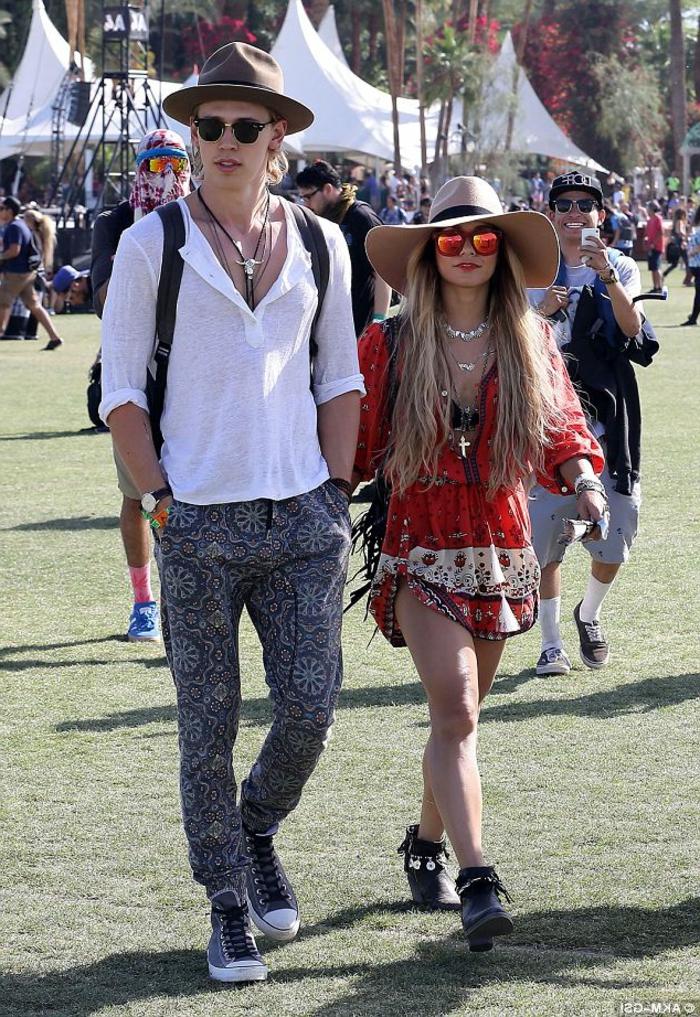 le festival Coachella, homme en t-shirt blanc et pantalon boho, femme en robe légère rouge aux imprimés hippie chic