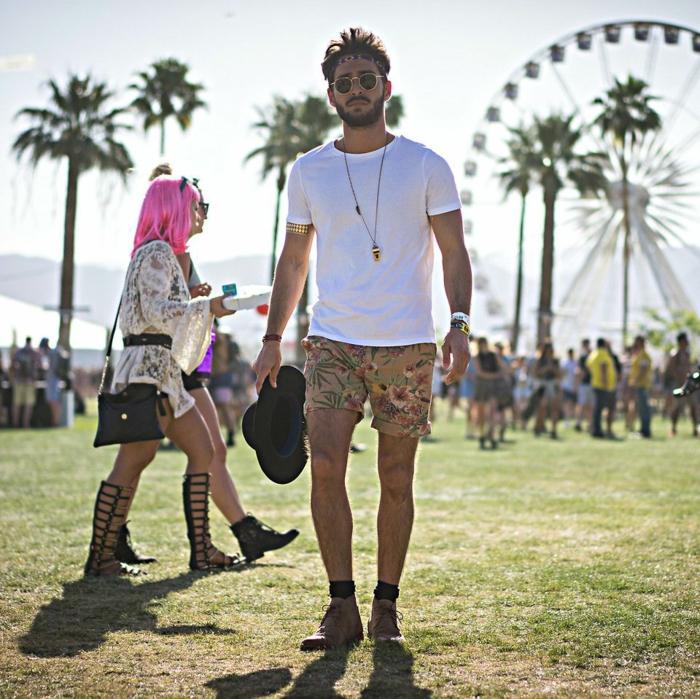 look boheme d'été, short aux imprimés floraux, shirt blanc, chaussettes noires, bottes marron, lunettes de soleil rondes