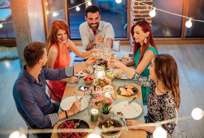Diner avec amis, boire et s'amuser ensemble autour de la table, idee apero dinatoire, idée recette facile, entrée simple à préparer