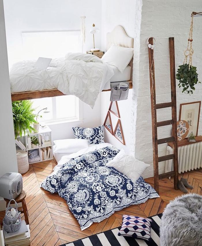 aménagement appartement tout petit avec lit en hauteur en bois, parquet bois avec matelas au sol et linge de lit bleue et blanc, échelle bois rustique