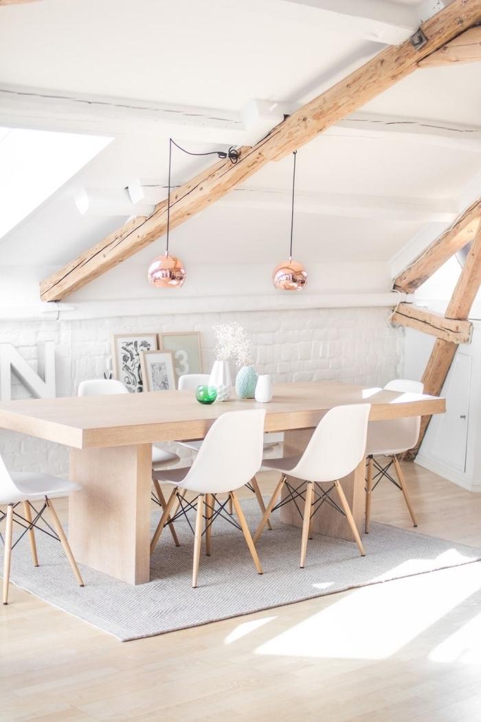 un coin repas aménagé sous pente dans un appartement mansardé de style scandinave, astuces d'aménagement sous pente