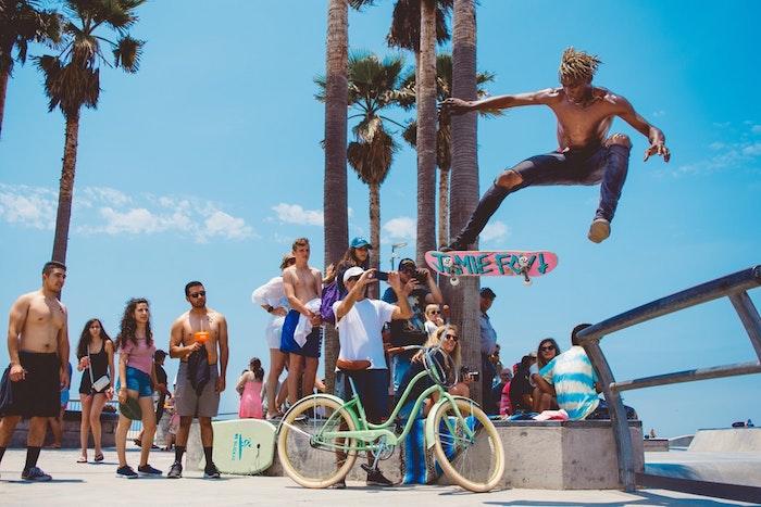 Homme skate board, cool style de la rue, plage beau paysage, photo de paysage urbain, photo à reproduire en dessin paysage
