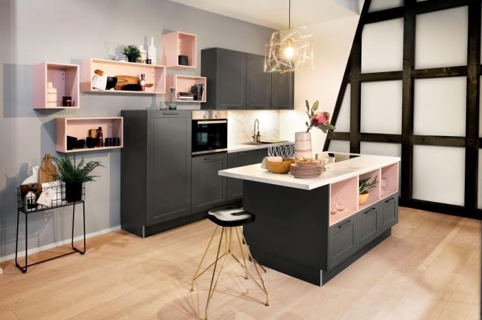 modele de cuisine gris et blanc avec parquet en bois, meubles de rangement mural ouvert en couleur rose pastel