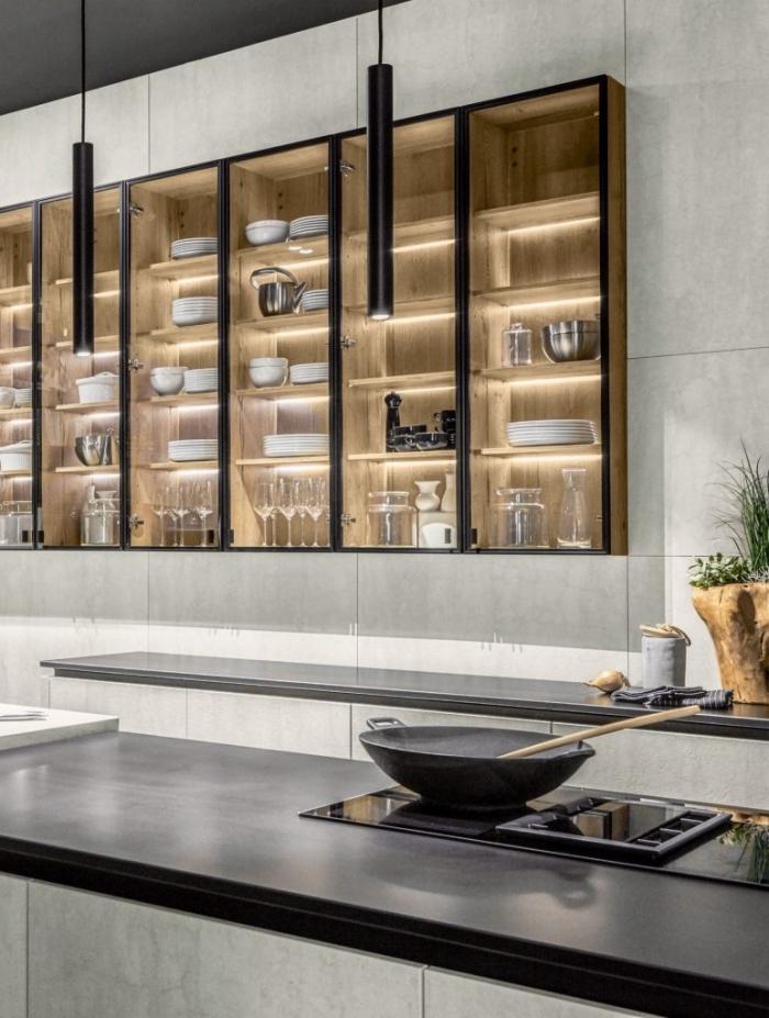 design contemporain dans une cuisine blanc et gris, modèle rangement mural avec panneaux de fond en bois