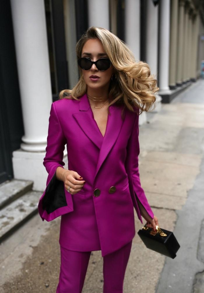 coiffure cheveux longs avec boucles, modèle de costume femme stylée de couleur rose fuschia, idée accessoires noires pour femme