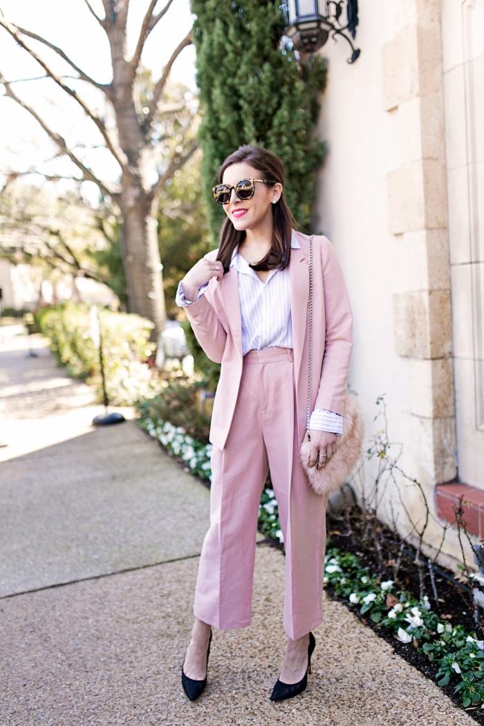 modèle de pantalon rose fluide à taille haute combinée avec chemise blanche, maquillage avec rouge à lèvre rose fuschia