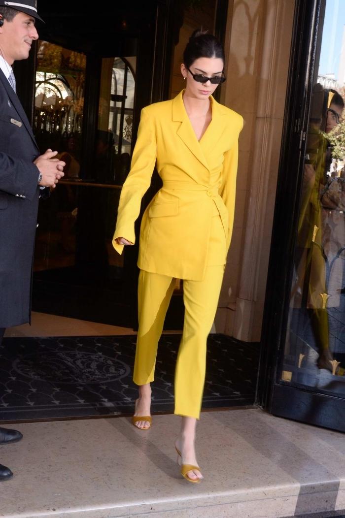 modèle de costume jaune pour femme avec blazer mi-long et pantalon longueur cheville, accessoires lunettes de soleil