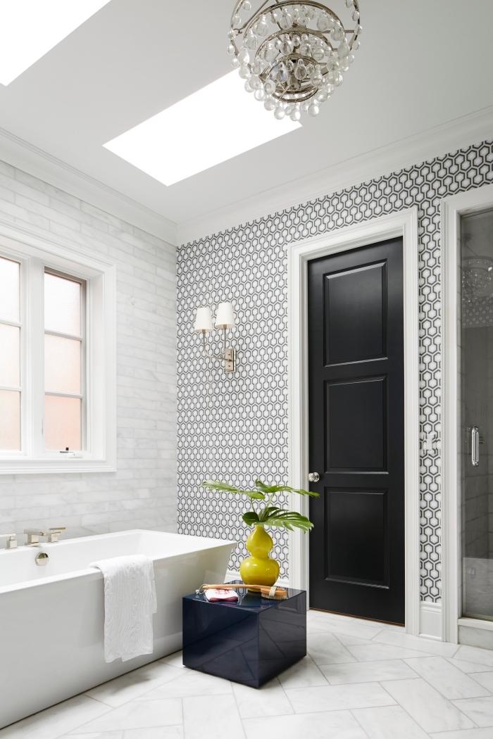 décoration salle de bain en blanc avec porte noire, modèle de papier peint imperméable en blanc et noir, carreaux de plancher à effet pierre naturelle