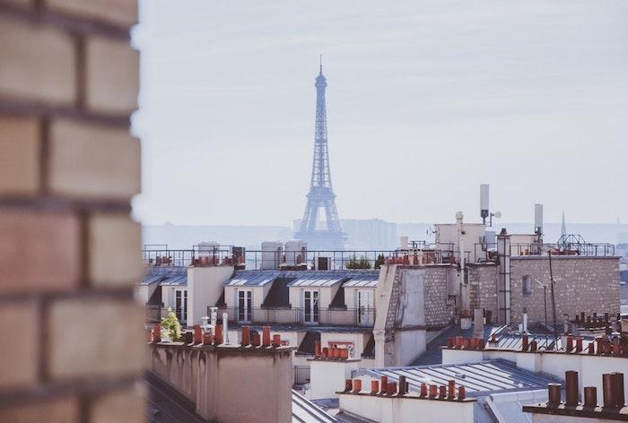 Paris la tour Eiffel belle image de paysage avec les toits de Paris, France beau paysage printemps, megapolis photo