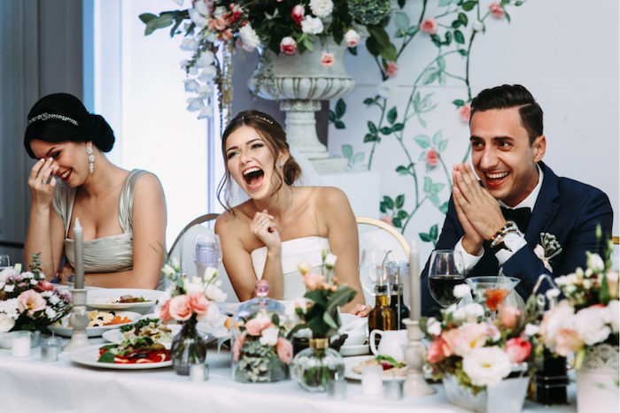 Femme souriante, mariage toasts originaux, animation mariage originale, idée surprise mariage thème original