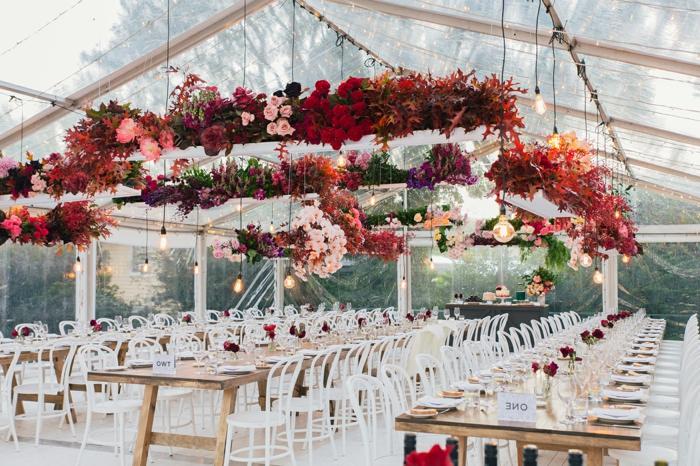 grande suspension florale au-dessus des tables de mariage, grande tente transparente, ampoules suspendues