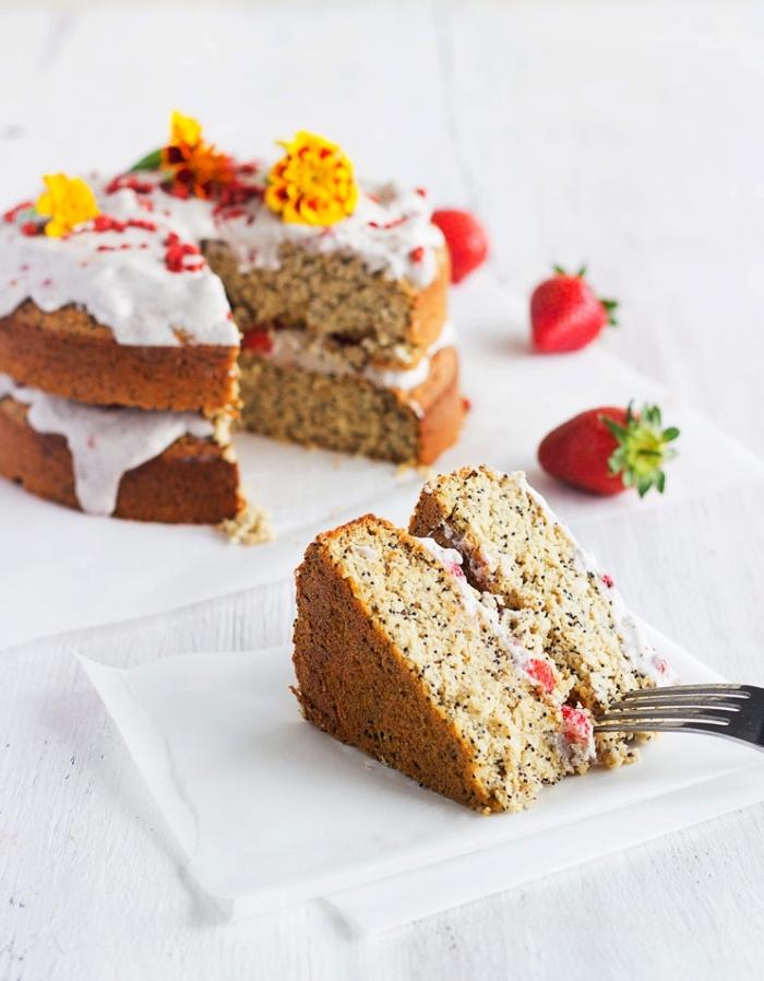 gâteau façon naked cake aux fraises, citron, noix de coco et graines de pavot, layer cake sans gluten