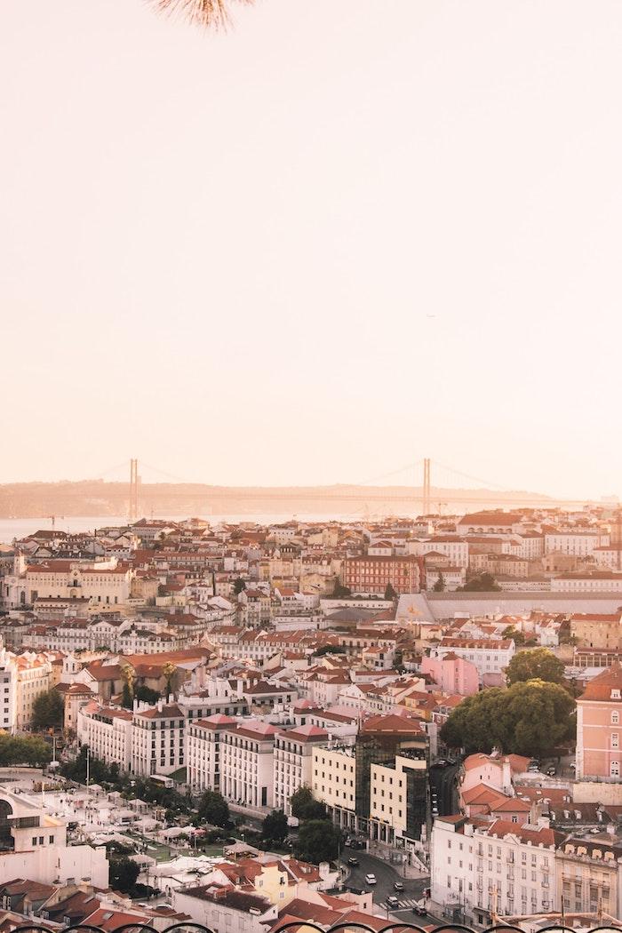 Lisbonne au coucher de soleil, le pont 24 avril et les maisons colorés, paysage ville, japon paysage, chine paysage, les villes asiatiques