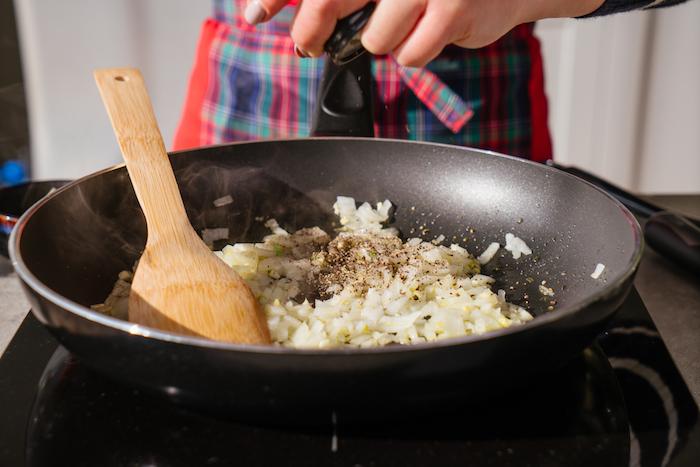 risotto facile, recette végétarienne facile, faire revenir échalote et de l ail dans une sauteuse