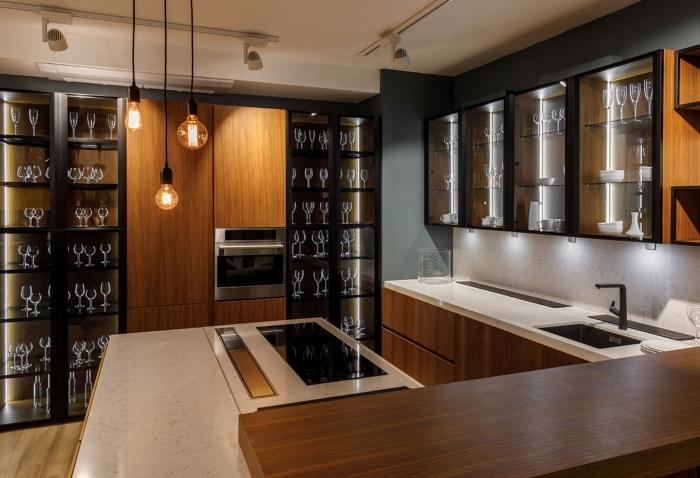 quelle peinture pour une cuisine, déco de cuisine aux murs gris foncé avec plafond blanc et meubles en bois et noir