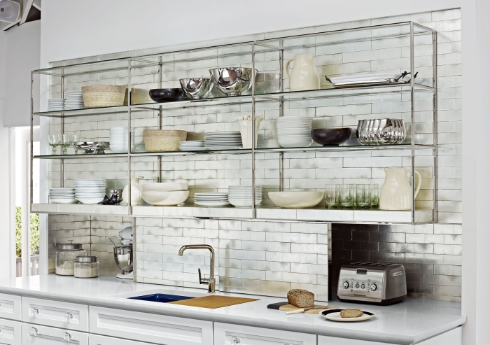 comment aménager une petite cuisine blanche, exemple de rangement crédence de cuisine avec étagères en métal