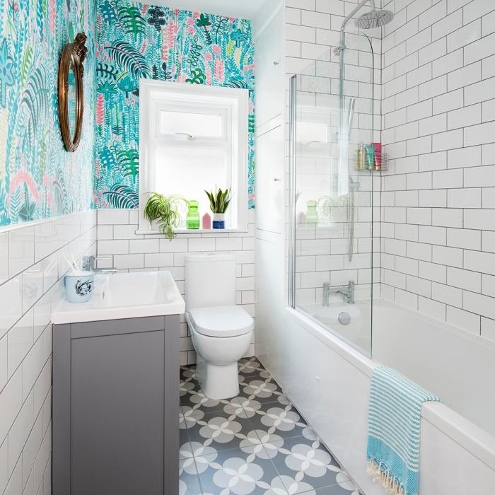 design intérieur petite salle de bain blanche avec décoration murale en papier peint imperméable aux motifs feuilles vertes et roses