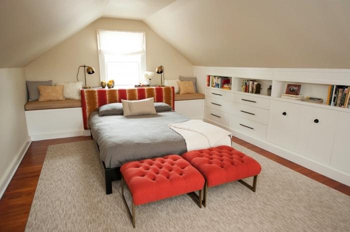 exemple d'aménagement d'une chambre parentale sous combles avec banquette sous fenêtre aménagée derrière le lit et un meuble sous pente intégré avec tiroirs et niches murales