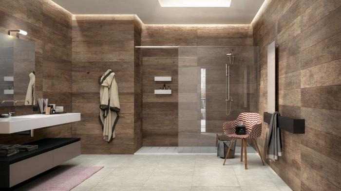 lambris salle de bain à effet bois, agencement salle de bain avec cabine de douche, porte-serviette en gris anthracite