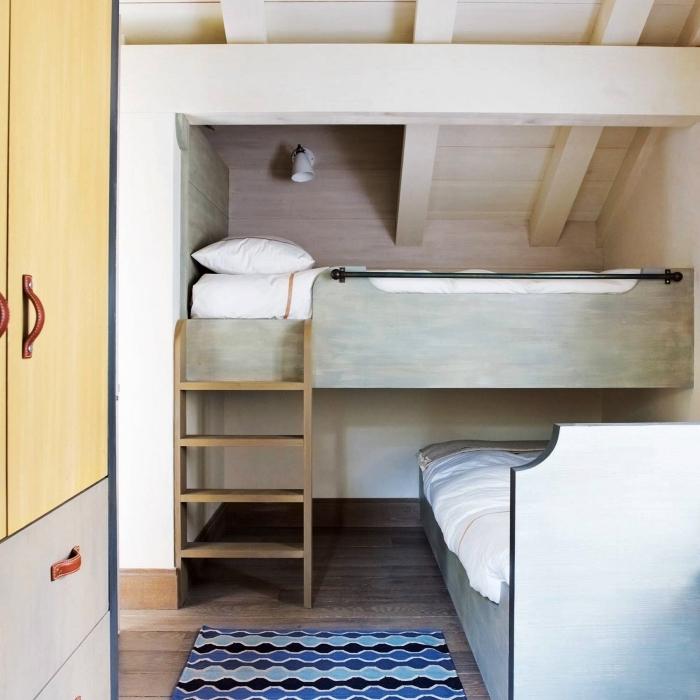 une chambre d'enfant mansardée avec lit mezzanine aménagé en sous-pente, meuble sous pente pour chambre à coucher