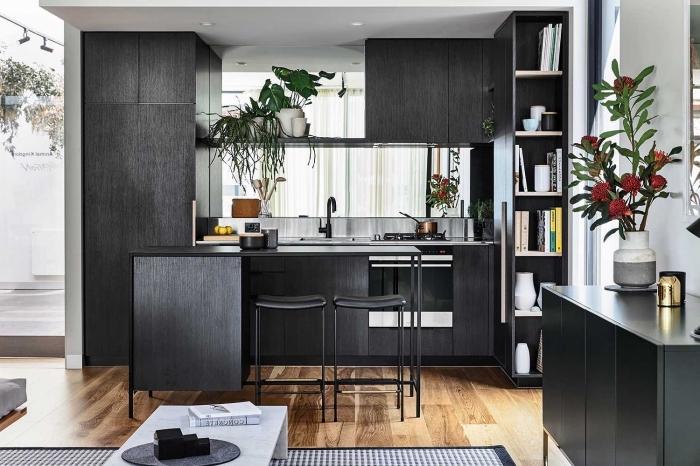 aménagement petite cuisine avec armoires en noir mate, déco cuisine avec îlot noir, revêtement de plancher cuisine parquer bois