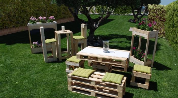 que faire avec des palettes, comment aménager un jardin avec table haute et chaise de bar en palette, mobilier jardin DIY
