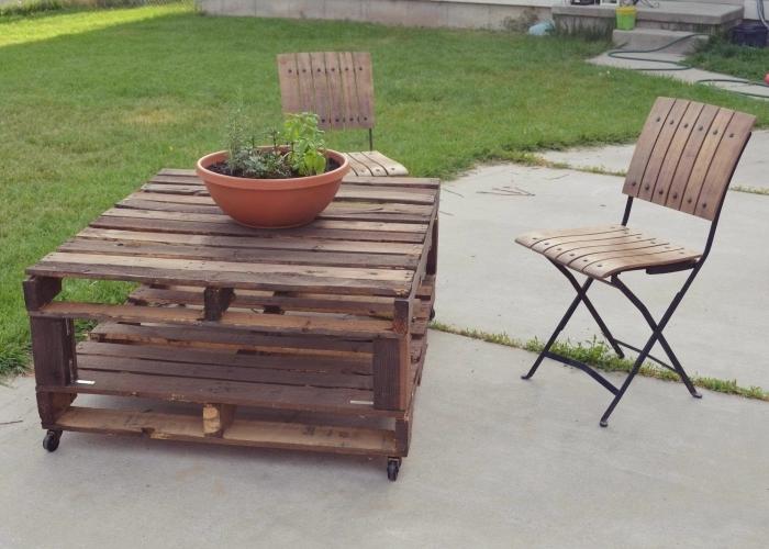 fabrication petite table de jardin en palette bois, comment décorer une arrière-cour avec meubles en palettes