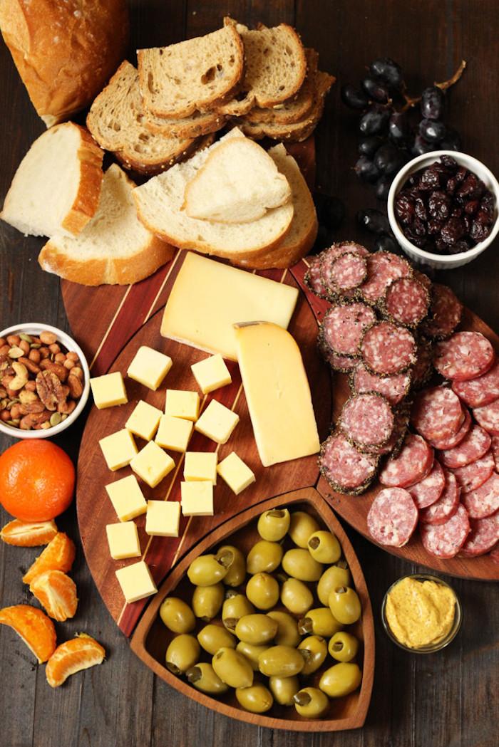 Olives et fromages et chatcuteries, idée de repas d anniversaire, entrée simple et raffinée, mettre de pan a morceaux pour l'apéritif